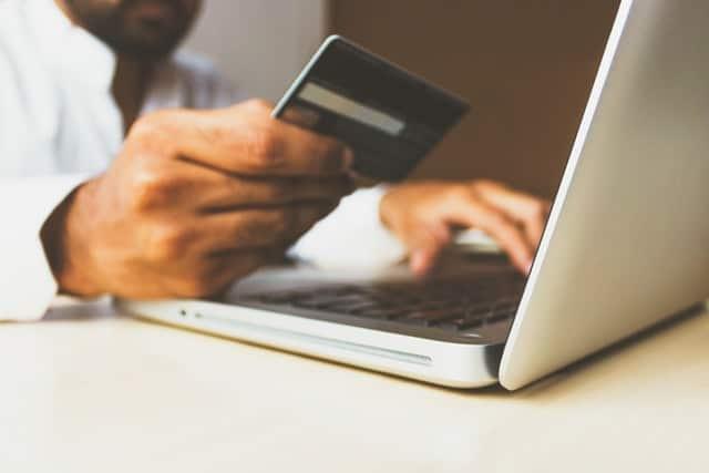 Kreditkort och dator