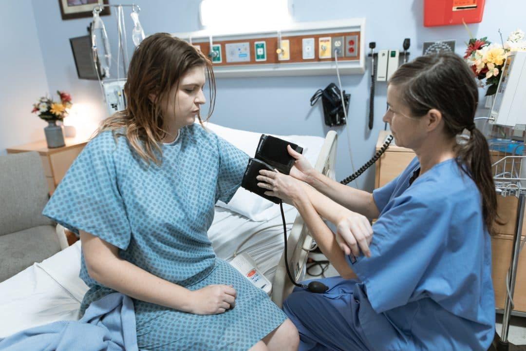 Sköterska med patient